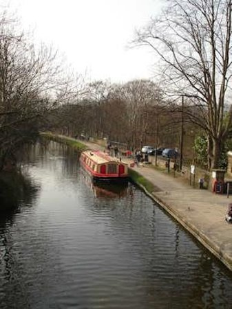 Shipley, UK: The canal near the mill and the railway station