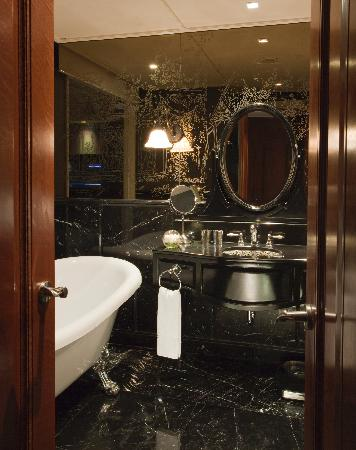 Hotel Muse Bangkok Langsuan - MGallery Collection: Jatu Deluxe Bathroom