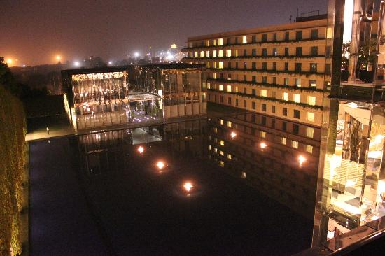 The Oberoi, Gurgaon: in front of restaurants