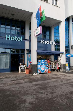 Forum Hotel Widnau: Hoteleingang mit öffentlichem Kiosk