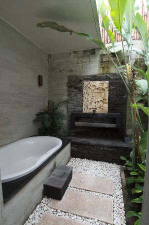 Grania Bali Villas: outside bathroom