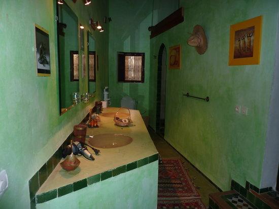 Dar Melody: salle de bain chambre bleue