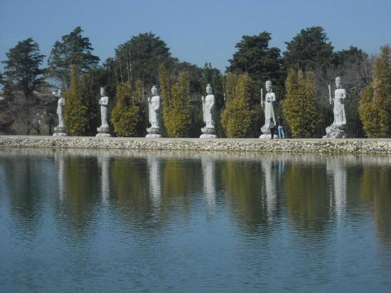 Bombarral, Portugal: Budda Eden across the man made lake