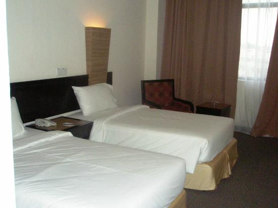 Wana Riverside Hotel: Twin Bedroom