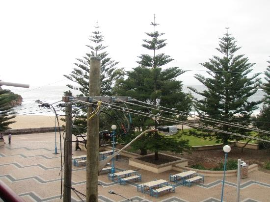 Coogee Sands Hotel & Apartments: Sweeping views of the power lines from the 'ocean view' room
