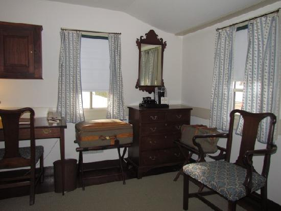 Colonial Houses-Colonial Williamsburg: Master Bedroom