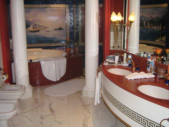Burj Al Arab Jumeirah: Das Badezimmer. Die Dusche ist größer, als so mancher Aufzug in Deutschland!