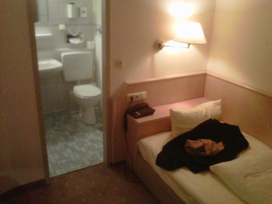 Hotel-Restaurant Rheinischer Hof: Room 101 bathroom from the desk