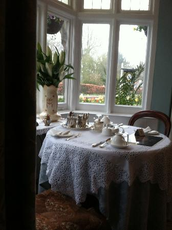 Adelphi Guest House: Dining room window table