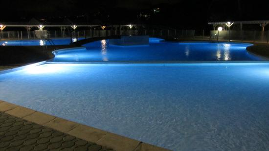 Hotel Mont Vernon: The pool at night