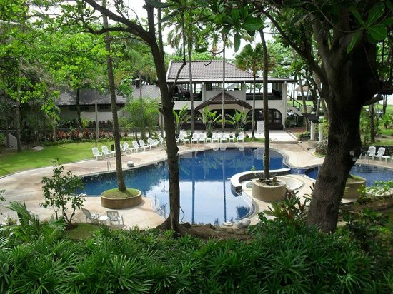 Bagac, ฟิลิปปินส์: pool near beachfront and restaurant