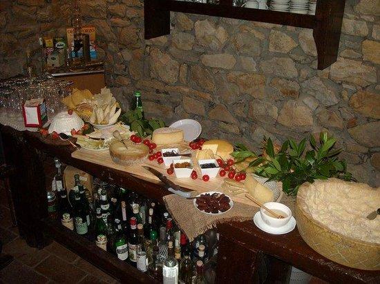 Varzi, Italia:                   l'aperitivo