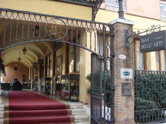 Hotel Belle Arti: entrance from street