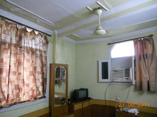 Hotel New India : My 'upgrade'. Aircon was noisy, windows wouldn't shut and the paint was flaking all over the bed