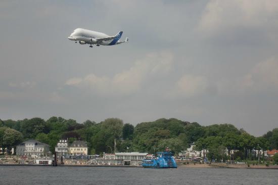 The Rilano Hotel Hamburg: Blick auf die Elbe . Anflug eines Airbusses