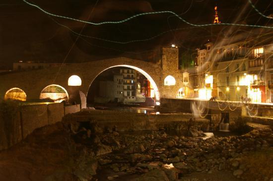 Hotel Sant Roc : puente de Camprodón por la noche