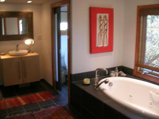 Lake Eden Events & Lodging: Sequoia bath