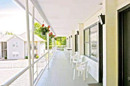 Prospect Aire Motel: Relax on our porch!