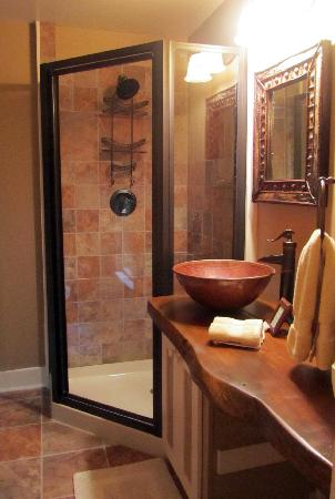 Snow Goose Bed and Breakfast: Newly renovated Passages bathroom