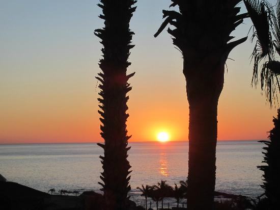 Hilton Los Cabos Beach & Golf Resort: Awesome sunrise from our room 3005, every morning