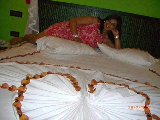 Vilamendhoo Island Resort & Spa: Our bed decorated by room boy.