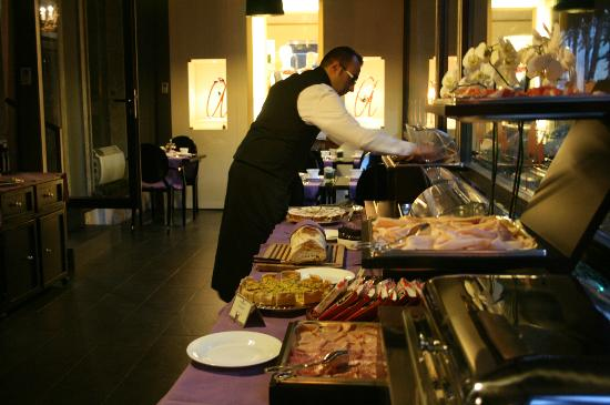 Baglioni Hotel Carlton: The dinning hall.  Breakfast time ( picture ) .