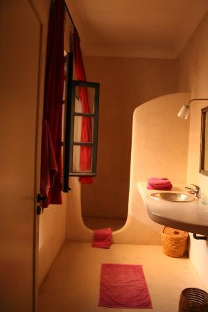 Riad Tajpa : La salle de bain de la chambre Safran