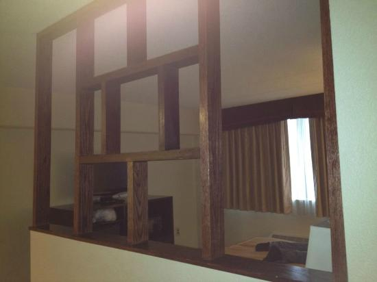 Quality Inn & Suites New York Avenue: Divider between living room and king bedroom