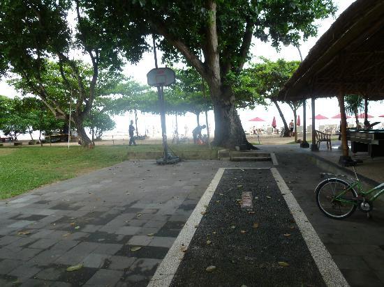 Inna Sindhu Beach: public area next to bar