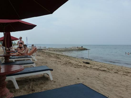 Inna Sindhu Beach: sunlounges on the beach