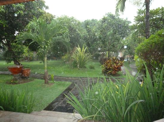 Inna Sindhu Beach: beautiful gardens in front of bungalow room