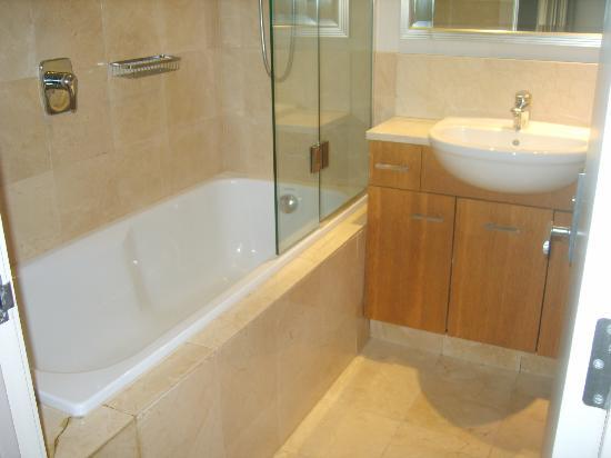 Metro Suites Apartment Hotel: Salle de bain
