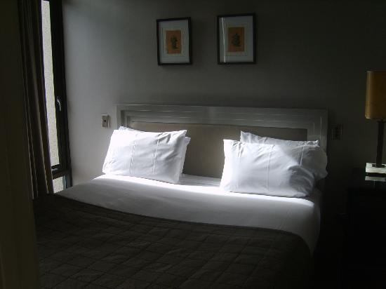 Metro Suites Apartment Hotel: Chambre à coucher, rien à dire.