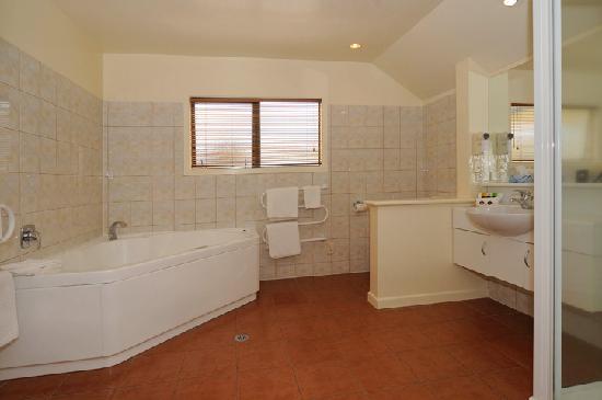 Baycrest Lodge: Family Executive Bathroom