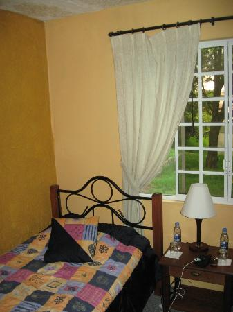 Casa Jardin Turi Quindi : OUR ROOM WITH TWO TWIN BEDS AND NICE PRIVATE BATH WITH SHOWER