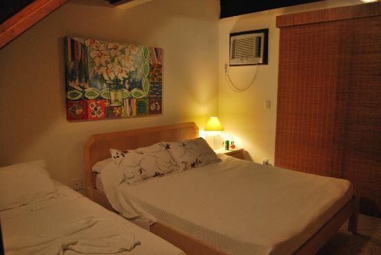 Solar dos Girassois: habitaciòn bien decorada pero con muchos muebles.