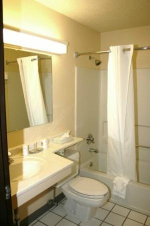 Super 8 Altoona : Bathroom