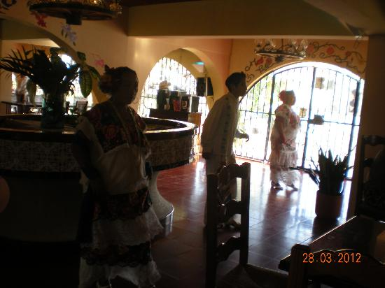 Hotel Chichen Itza: Restaruant, local people perform dancing during lunch buffet