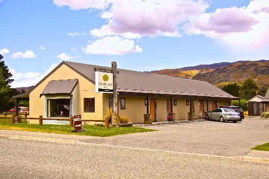 Carrick Lodge Motel : Off Street Parking. Adjacent the Room.