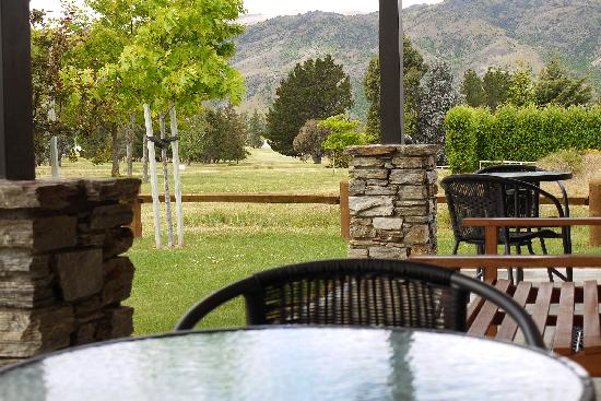 Carrick Lodge Motel: Relax in the Grandeur of the Outdoor Area.