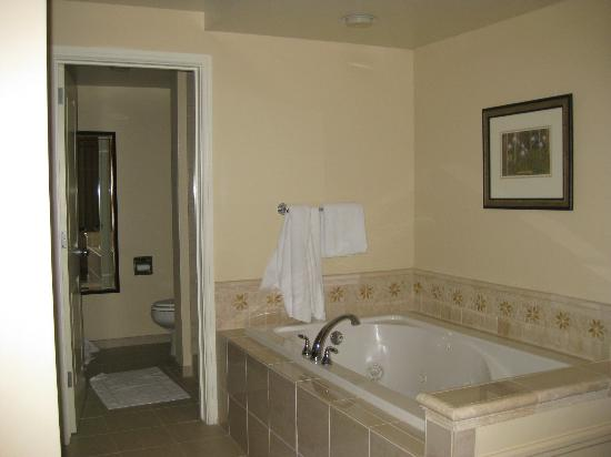 Marriott's StreamSide Evergreen at Vail: Master bathroom with jacuzzi tub