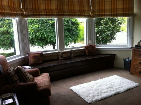Anglesea House Bed & Breakfast: our spacious and bright sitting area attached to our room