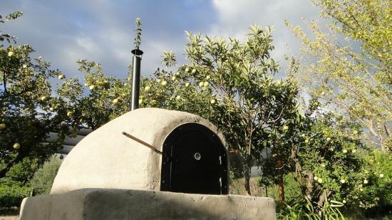 Posada Cavieres Wine Farm: Backofen im Garten