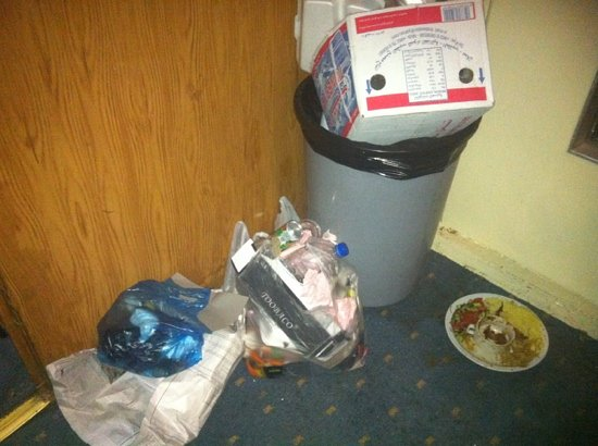Rio Jordan Hotel : there's nothing like trash festering in the hall for days.. but that's what happen with no clean
