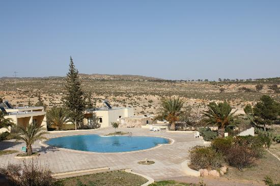 Subaytilah, Tunísia: View of pool, and landscape surrounding Hotel Sufetula