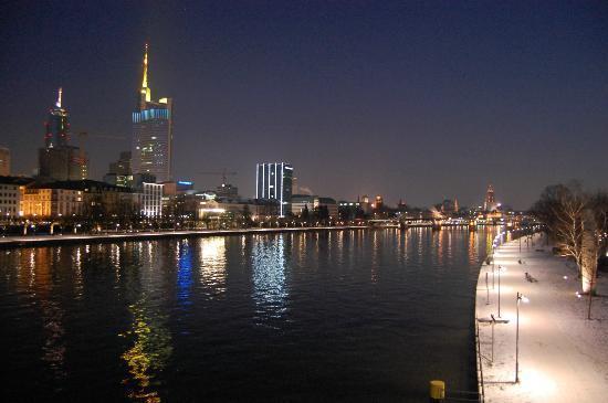 Mainkai Street: il lungofiume di notte
