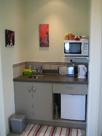 Abbey B & B: Kitchenette with microwave & fridge
