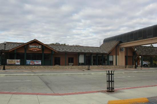 Best Western Sheridan Center: MainSTの通りを挟んだフロントのある本館、レストランは此方側にある