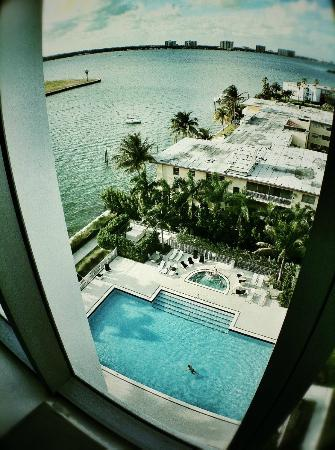 Eloquence by the Bay Residences: Vista dal divano del salotto