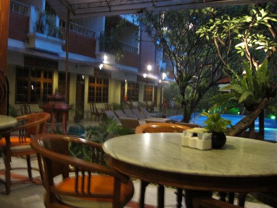 Green Garden Cafe: rainy dinner
